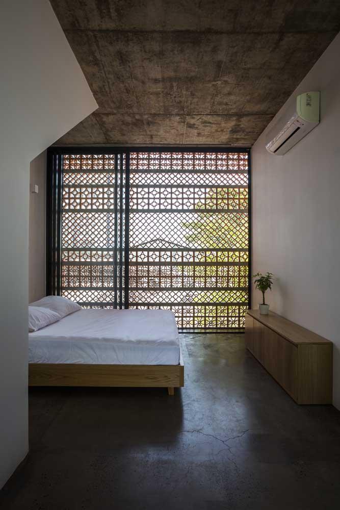 Parede de cobogós na janela do quarto do casal; estética e funcionalidade de mãos dadas por aqui