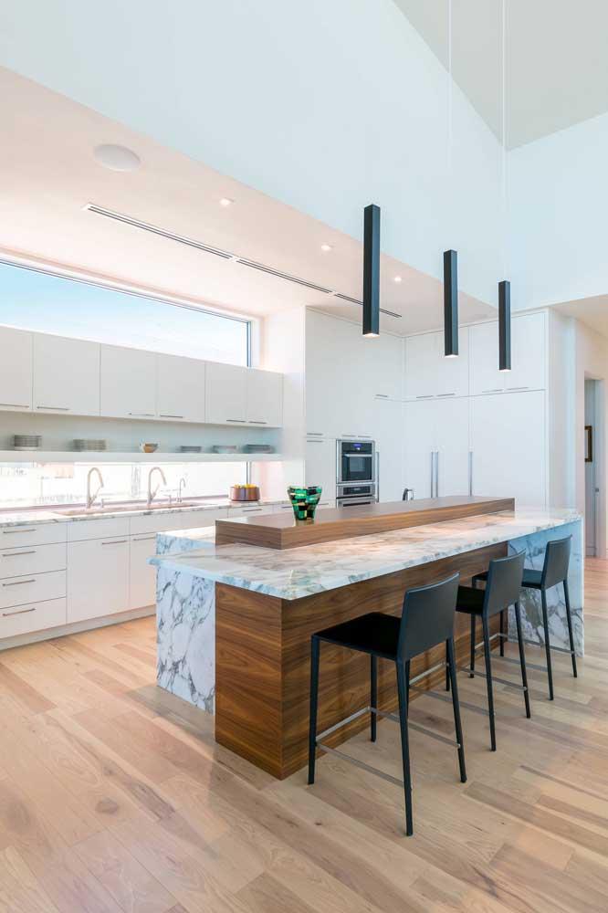 Instale luminárias sobre a bancada para trazer aquele clima acolhedor e aconchegante para a cozinha gourmet