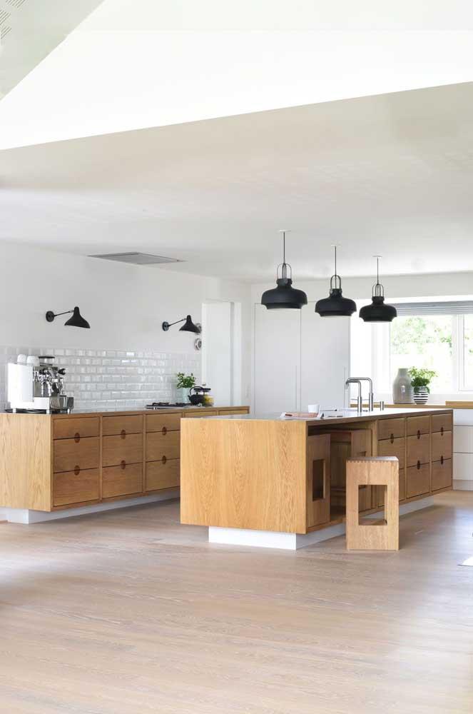 Móveis em madeira para a cozinha gourmet; a opção de usar apenas armários baixos garantiu um visual mais clean para o ambiente