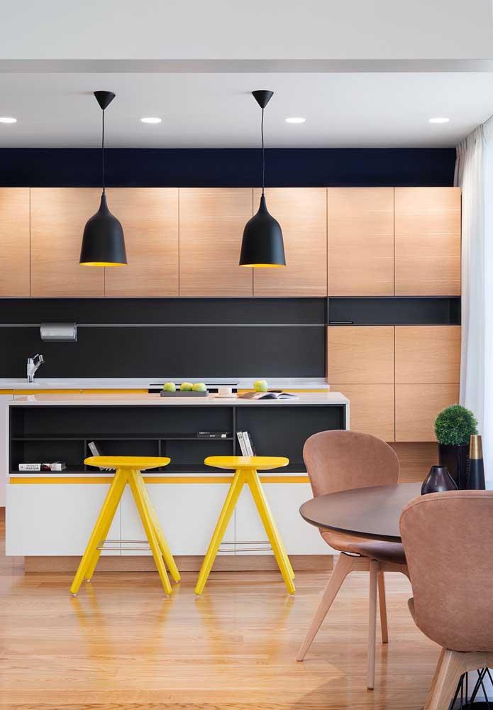 Já nessa outra cozinha, o amarelo dá o toque de vivacidade ao projeto gourmet