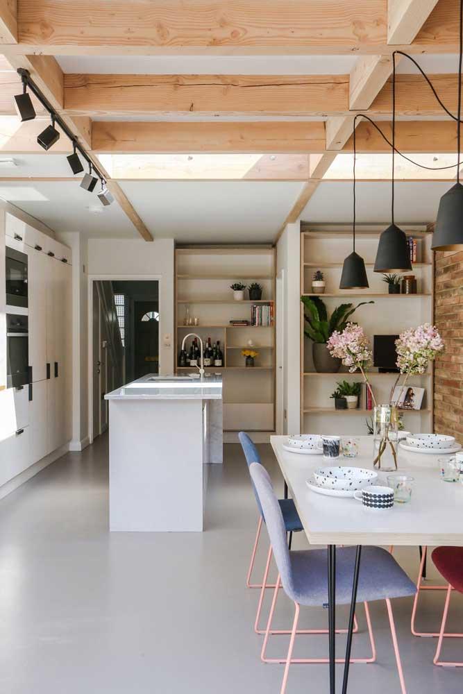 Cozinha gourmet simples, pequena, mas muito funcional; a estética moderna e despojada deu o toque final ao projeto
