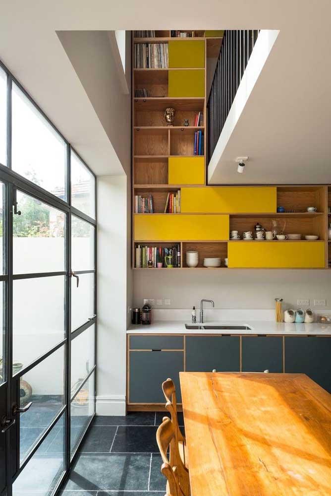 Nesse projeto de cozinha gourmet, o pé direito alto foi valorizado e destacado com o uso de nichos