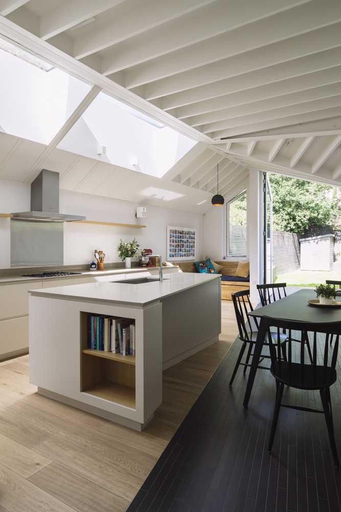 Cozinha gourmet e sala de jantar integradas, mas delimitadas pela diferença de pisos