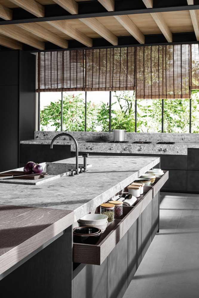 O destaque dessa cozinha gourmet vai para o gavetão que organiza e armazena pequenos potes e temperos