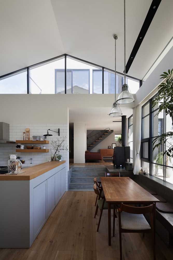 Cozinha gourmet moderna em tons neutros, com destaque para o uso da madeira trazendo aconchego ao ambiente