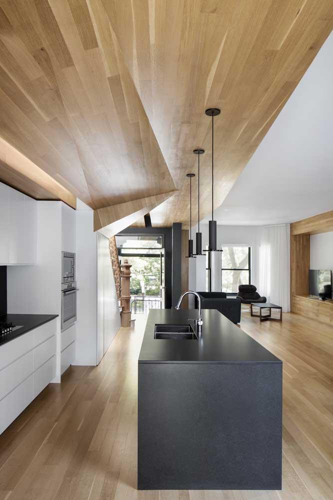 Moderna e minimalista, essa cozinha gourmet traz uma ilha magnifica em Silestone preto; para completar o visual, o piso e o teto foram revestidos com vinílico amadeirado