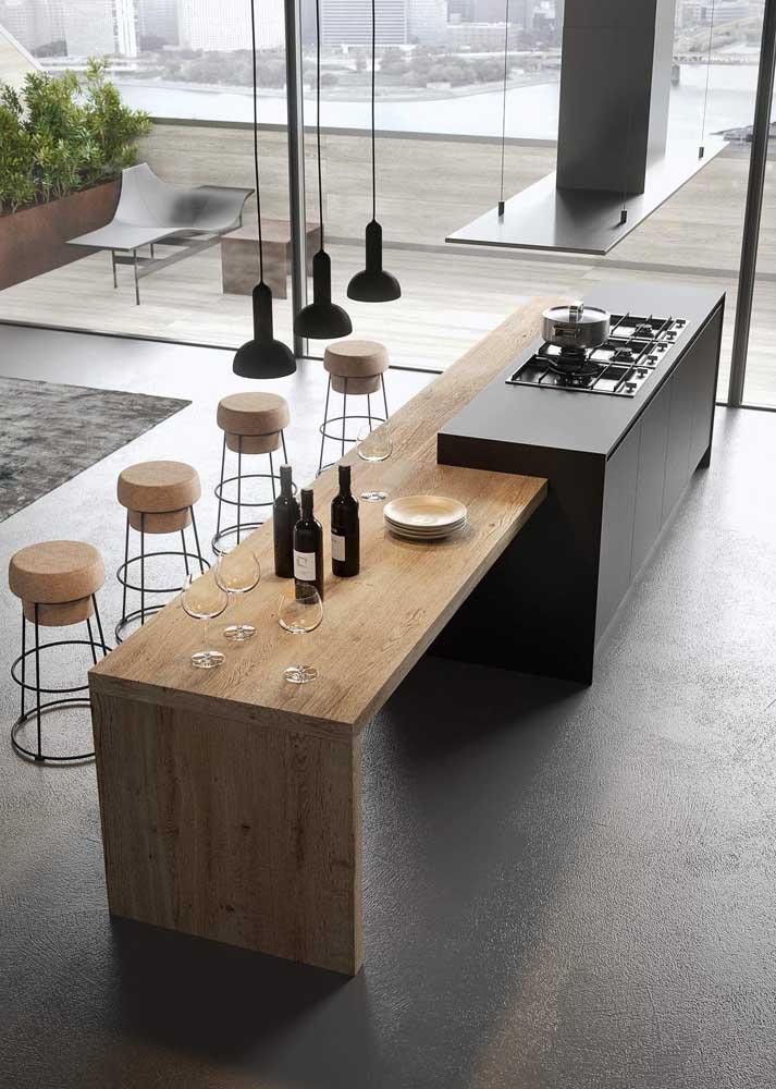 Essa cozinha moderna conta com um balcão de madeira rústica para contrastar com os materiais nobres do projeto