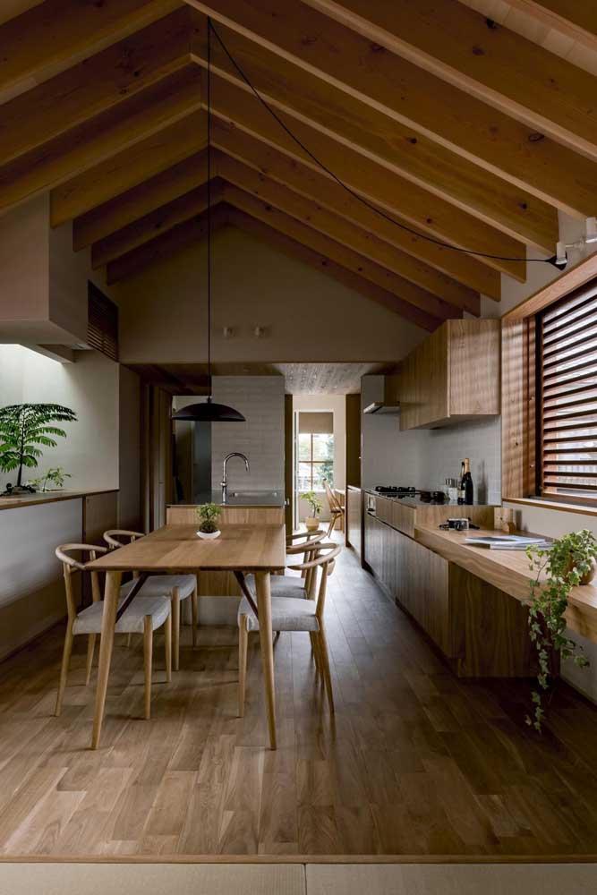 Cozinha gourmet toda em madeira: uma inspiração para os apaixonados por projetos rústicos, mas elegantes ao mesmo tempo