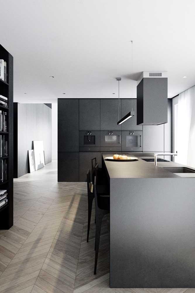 Aqui nessa cozinha gourmet, o preto também é protagonista, mas no espaço amplo e bem iluminado, a cor se dilui