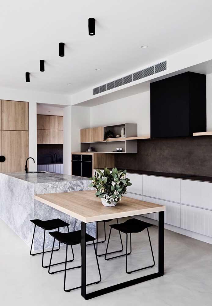 """Tons neutros são garantia de sucesso e beleza na cozinha gourmet, a opção aqui foi pelo duo clássico """"preto e branco"""" com toque amadeirado"""