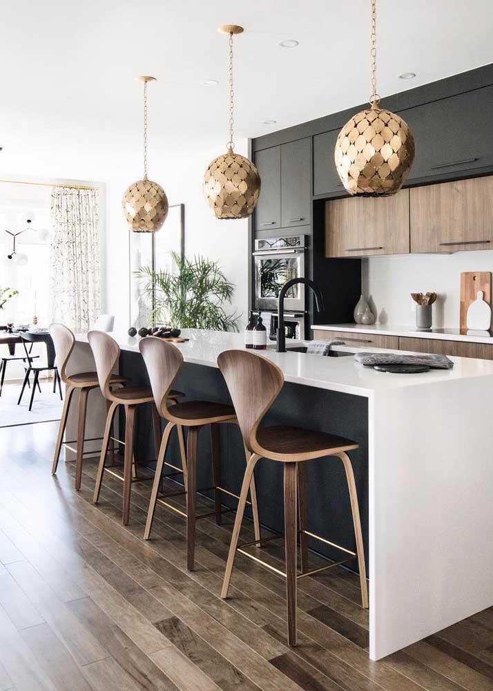 Modelo super convidativo de cozinha gourmet, onde as banquetas são peças chaves na decoração e no uso do espaço
