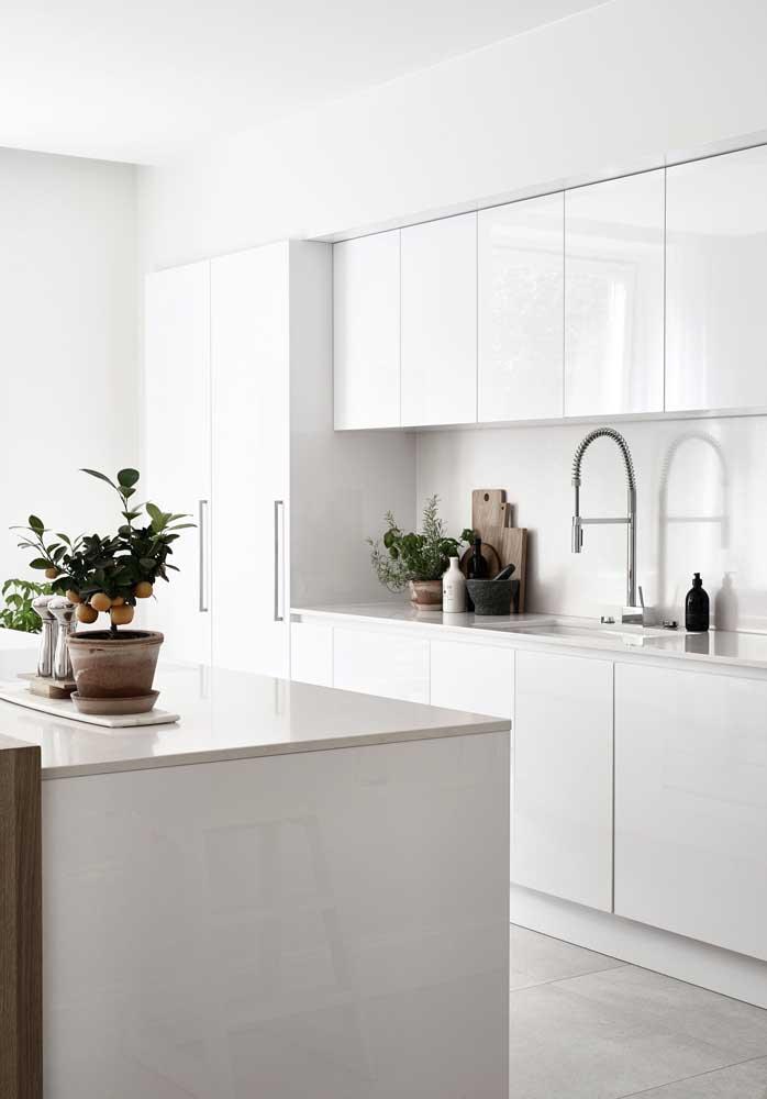 Cozinha gourmet branca e clean para ampliar visualmente o espaço