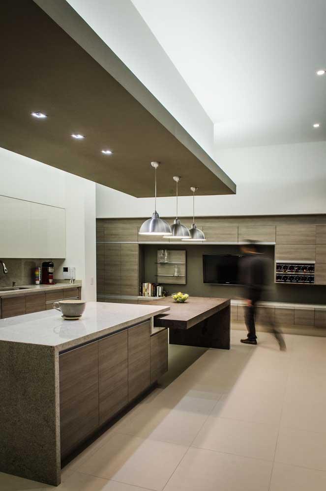 Cozinha gourmet com teto rebaixado e iluminação indireta com spots