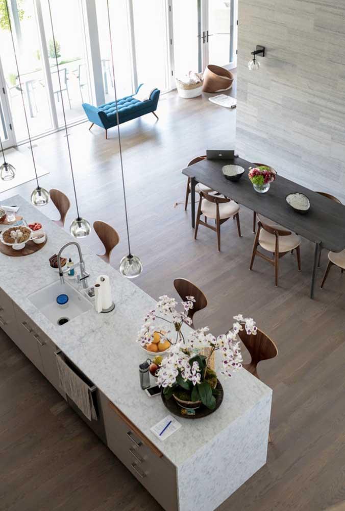 Cozinha gourmet ampla com balcão e mesa de jantar