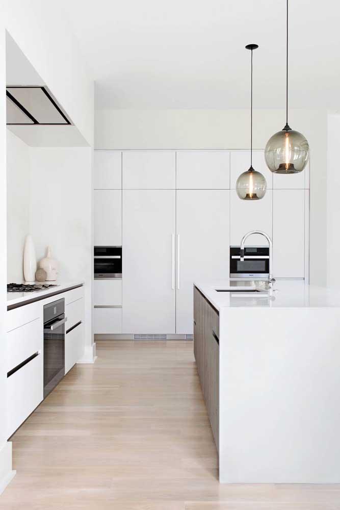 Para quem deseja uma cozinha gourmet clean e ampla, a melhor opção é usar o branco