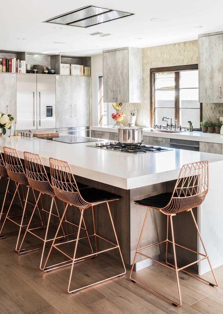 Banquetas rosé gold para criar um charme sofisticado e moderno à cozinha gourmet
