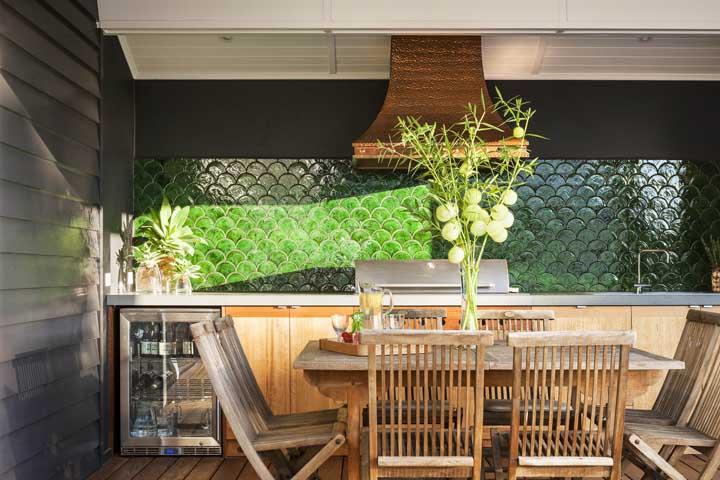 Cozinha gourmet ampla na varanda com destaque para o revestimento usado na parede