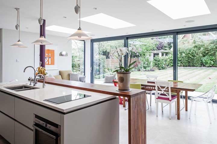 As portas de vidro são excelentes opções para integrar a cozinha gourmet interna com a área externa