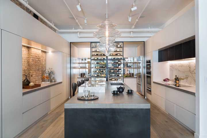 Pequenos e contrastantes detalhes que fazem a diferença nessa cozinha gourmet; repare que de um lado foram usados tijolinhos à vista na parede, enquanto do outro é o mármore que se destaca