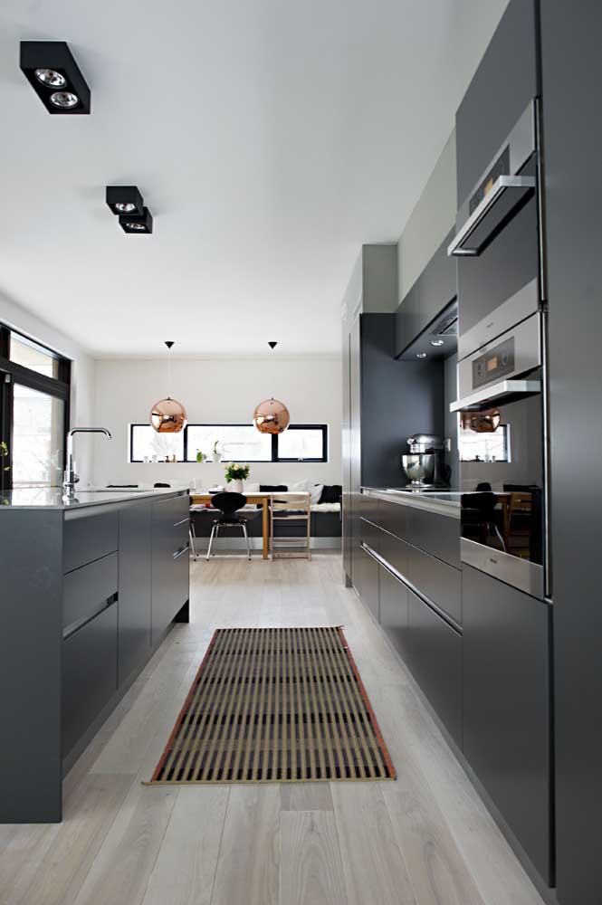 Cozinha gourmet integrada a sala de jantar; modelo que favorece a troca e o compartilhamento social