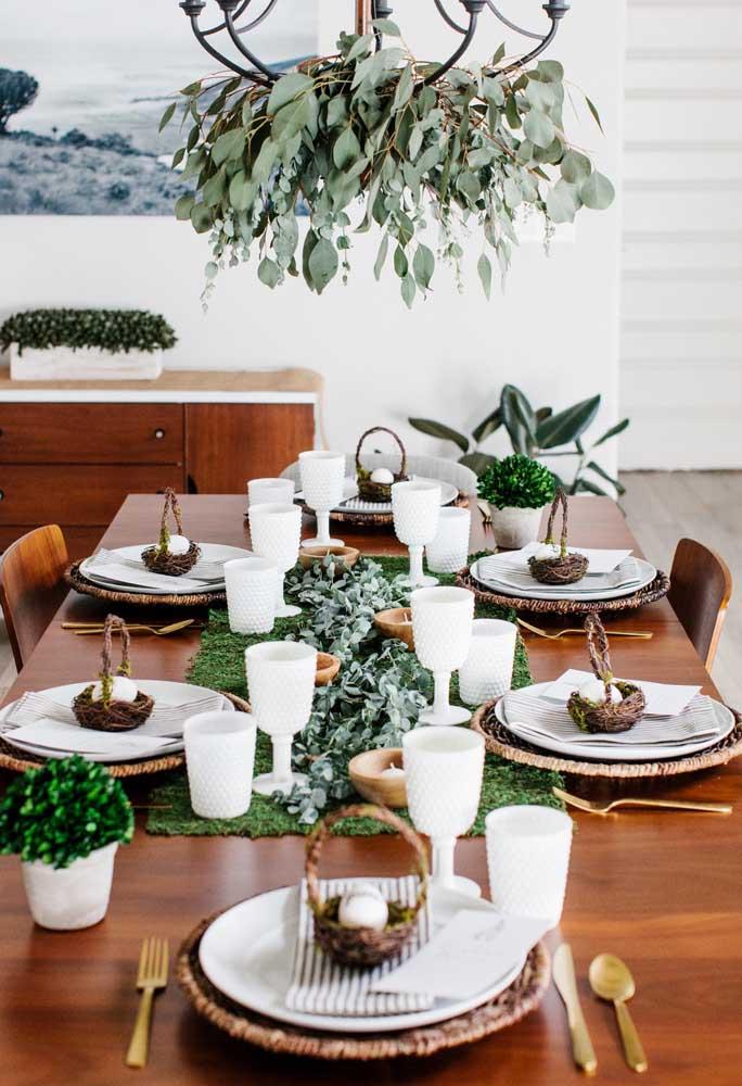 Use folhas para decorar a mesa principal do almoço de Páscoa para representar os ramos de palmeira. Em cada prato coloque uma cesta com ovo.