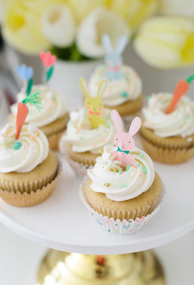 No topo dos cupcakes coloque alguns enfeites de Páscoa como o coelho e a cenoura.