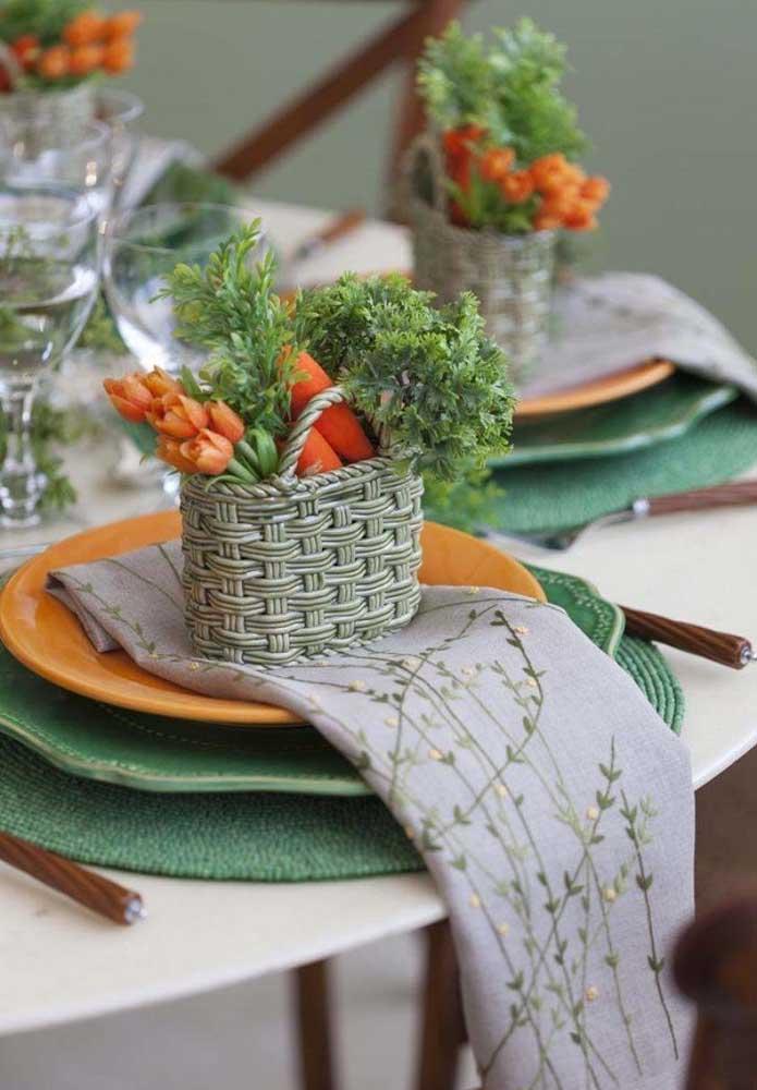 Prepare uma cestinha com folhas, flores e cenouras para decorar cada prato da mesa principal.