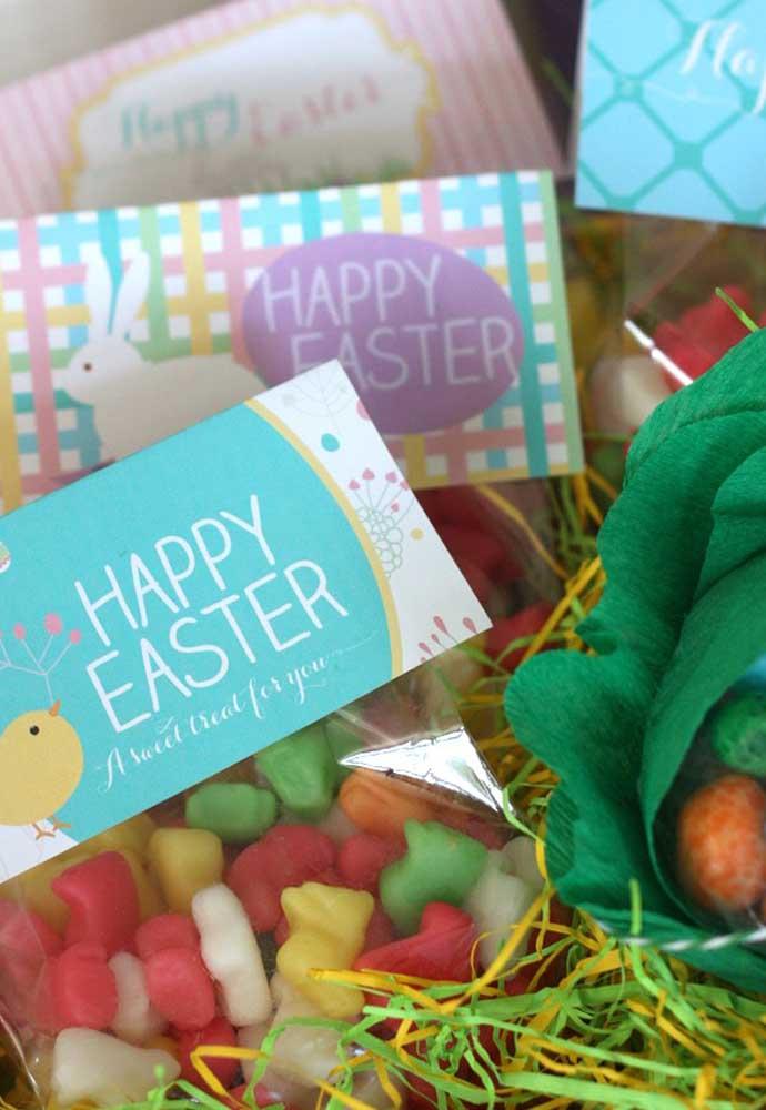 O que acha de entregar algumas guloseimas como lembrancinhas da Páscoa? Você pode colocar dentro de saquinhos personalizados.