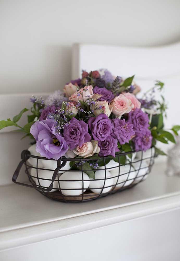 Olha que arranjo perfeito para a Páscoa. Folhas, flores e ovos dentro de um cesto de metal.