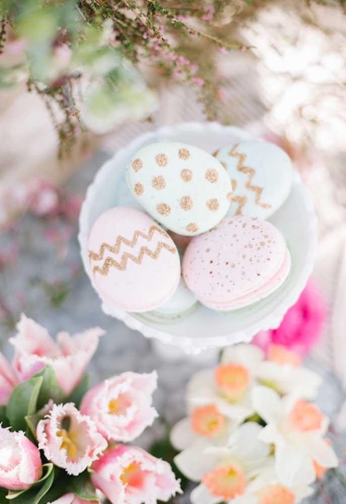 Para fazer uma decoração inspirada nos elementos decorativos, prepare algumas guloseimas no formato de ovo decorado.