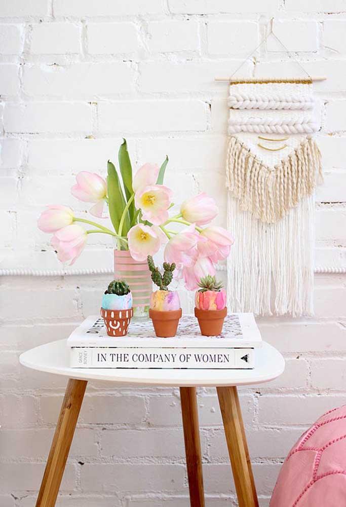 Invista em peças decorativas artesanais para fazer uma decoração de Páscoa personalizada.