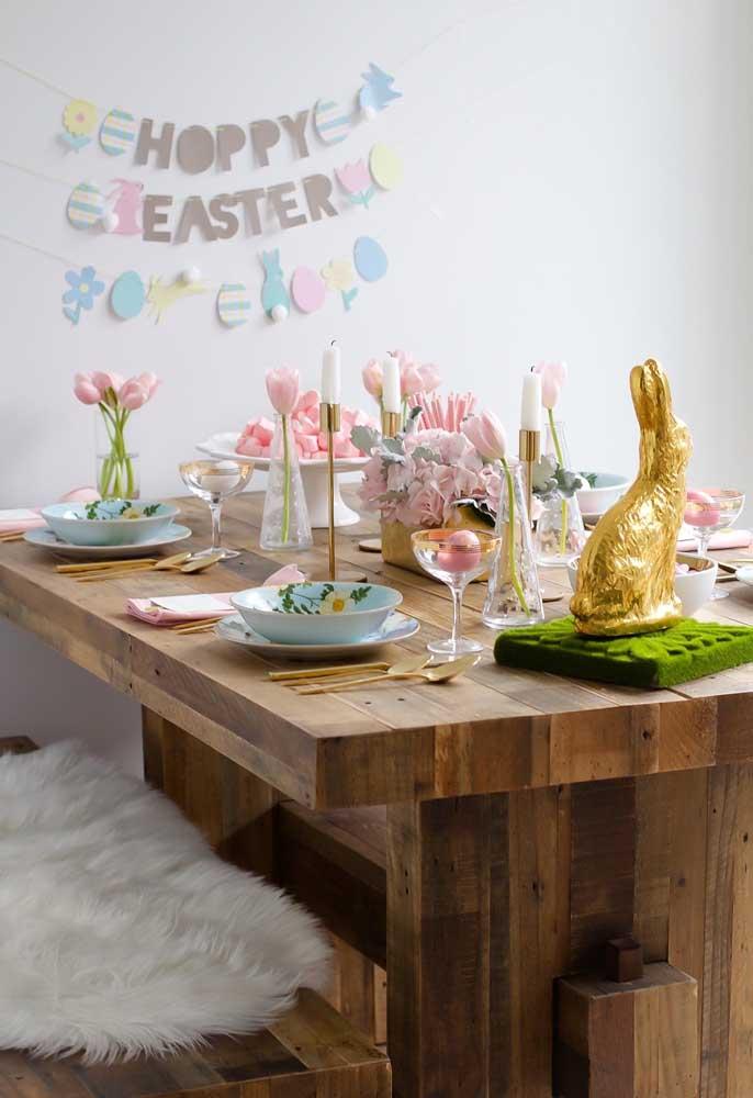 Na decoração da mesa de jantar, use vários símbolos da Páscoa como o coelho, os ovos e a vela.