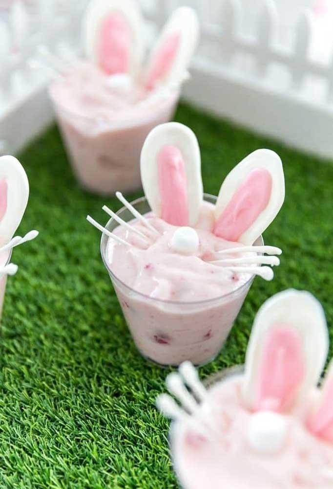 Até a sobremesa pode entrar no ritmo da Páscoa. Para isso, faça uma decoração no formato de coelho.