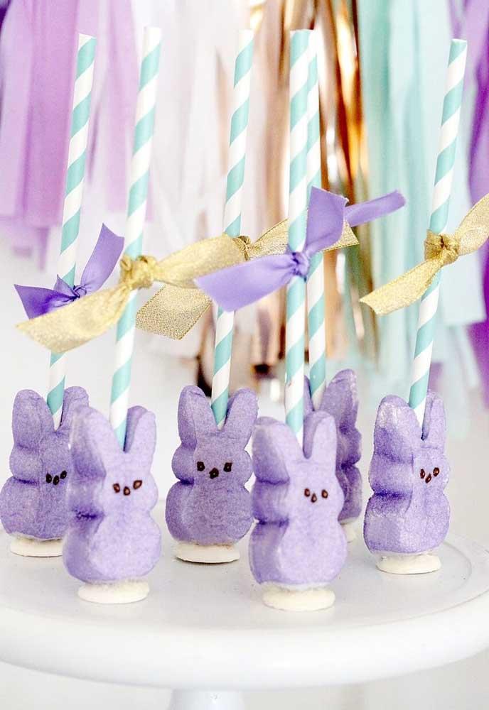 Com alguns materiais como isopor, canudos e fitas você mesmo pode preparar alguns elementos decorativos para a Páscoa.