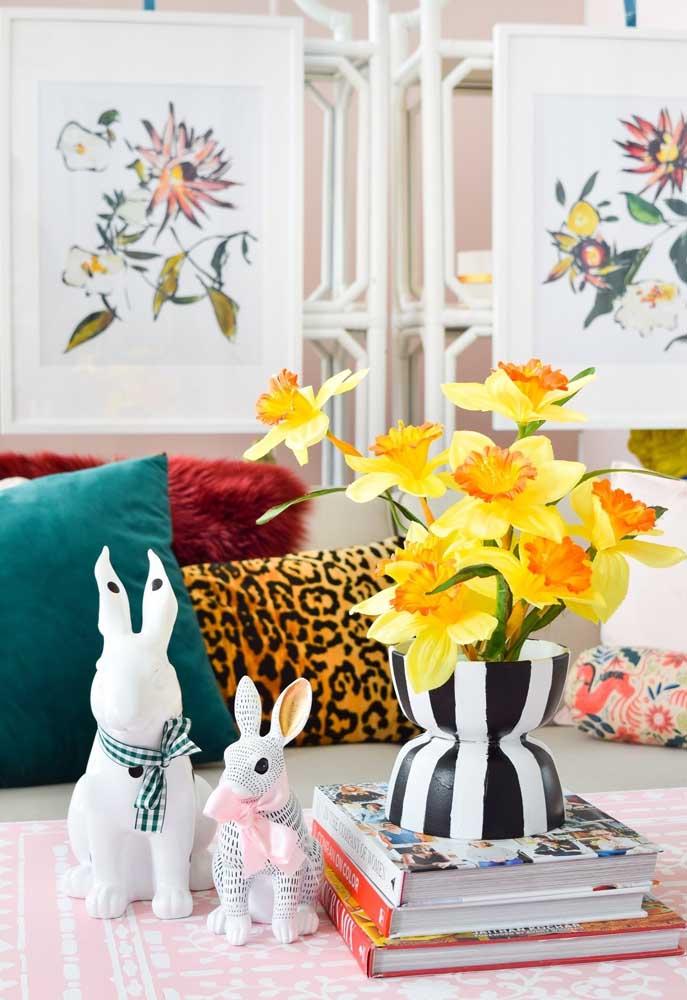 Se a intenção é apenas fazer uma decoração na sala, você pode usar coelhos de modelos e estampas diferentes e complementar com um vaso de flores.