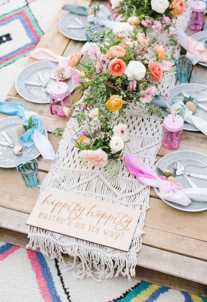O estilo rústico é excelente para fazer a decoração de Páscoa para a mesa. Para isso, prepare uma mesa feita de madeira, coloque um centro de mesa artesanal e decore com arranjos florais.