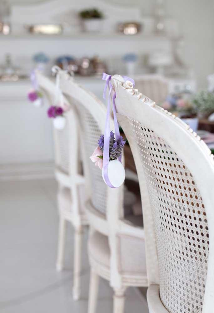Não esqueça de fazer uma decoração apropriada para as cadeiras dos convidados.