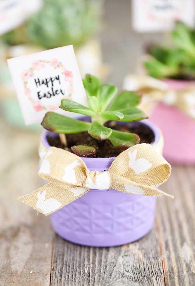 Que tal entregar uma muda de planta para cada convidado como uma forma de simbolizar a vida?
