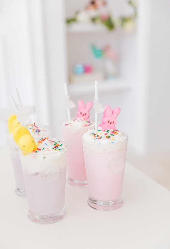 Para decorar a deliciosa sobremesa, coloque confetes coloridos e símbolos que representam a Páscoa.