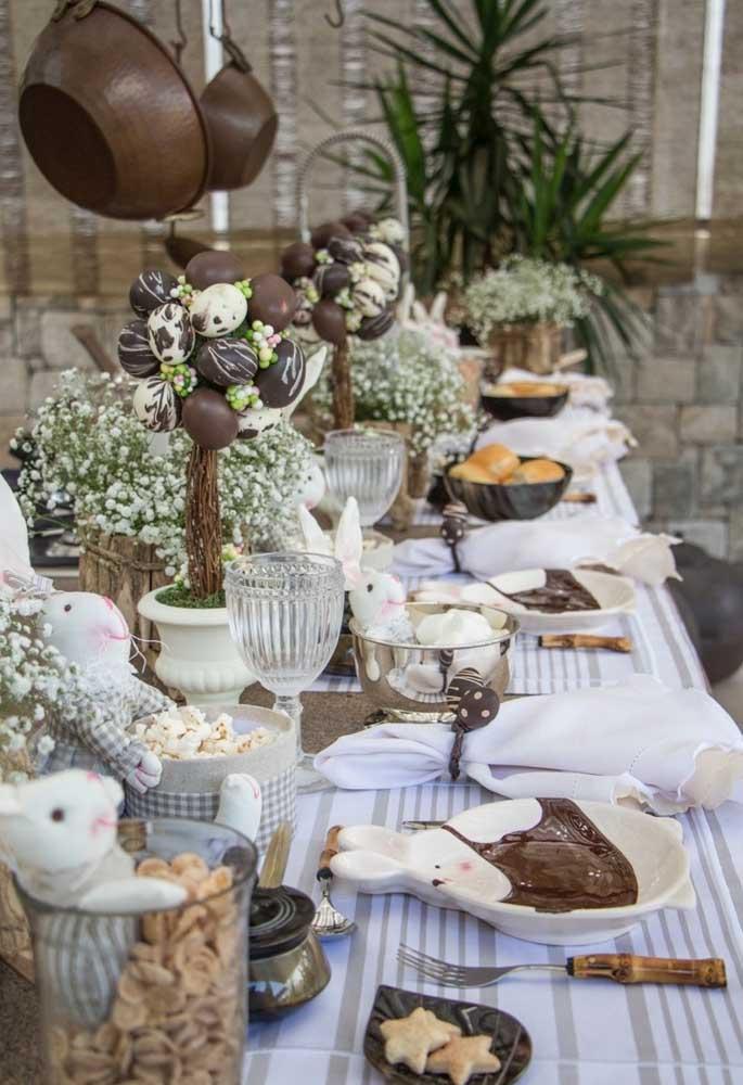 O chocolate é um dos principais símbolos da Páscoa. Que tal preparar uma decoração usando como referência essa guloseima e outros símbolos da Páscoa?
