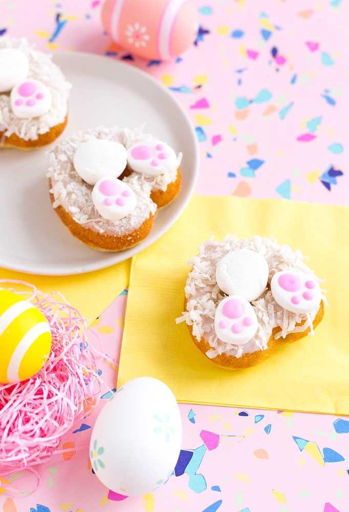 Prepare as pegadas do coelho usando o donuts. As crianças vão se divertir e ainda aproveitar a guloseima.
