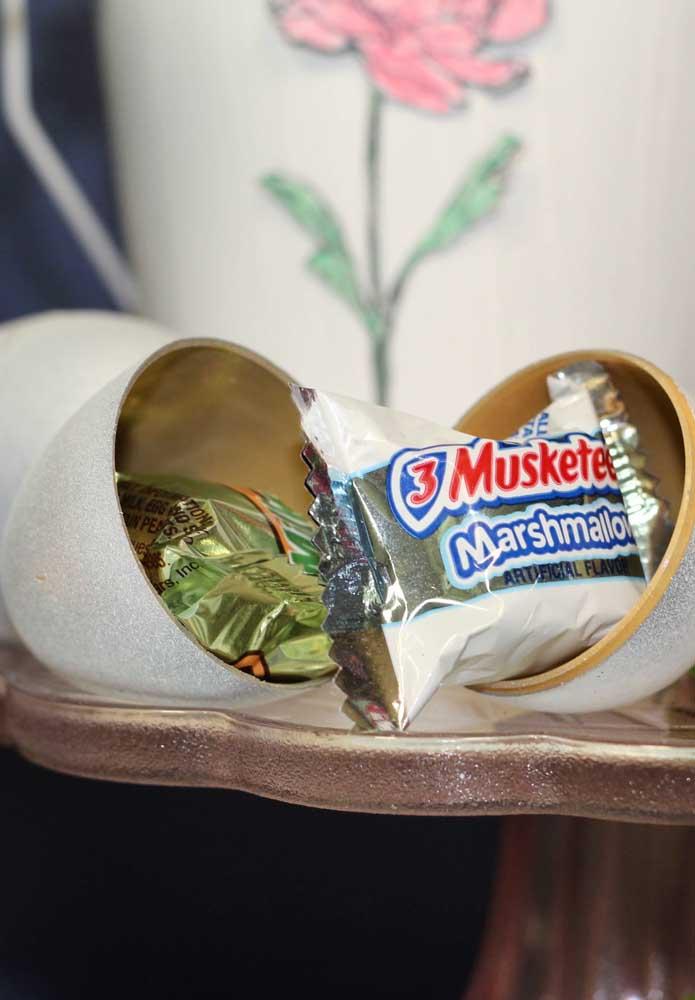O ovo da Páscoa precisa ser recheado de delícias. Para isso, coloque alguns bombons de chocolate dentro.