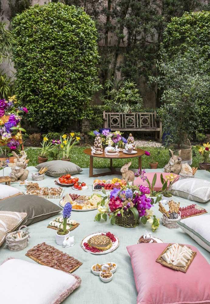 Que tal preparar a decoração de Páscoa para jardim? Faça a ceia nesse ambiente. Para isso, coloque uma toalha na grama, espalhe algumas almofadas e distribua os pratos.