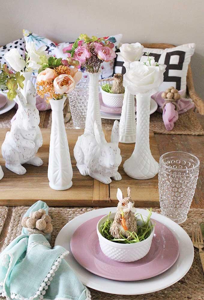 Decore a casa com coelhos de cerâmica e vasos de flores.