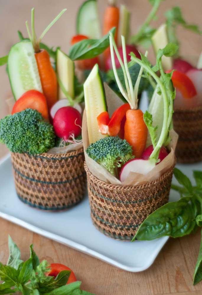 Se a intenção é fazer um cardápio mais saudável para a Páscoa, prepare algumas cestinhas com legumes e vegetais.