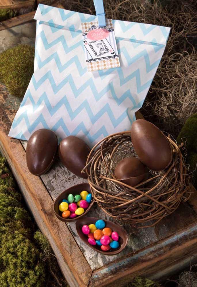 Use vários ovos de chocolate para fazer a decoração da Páscoa.