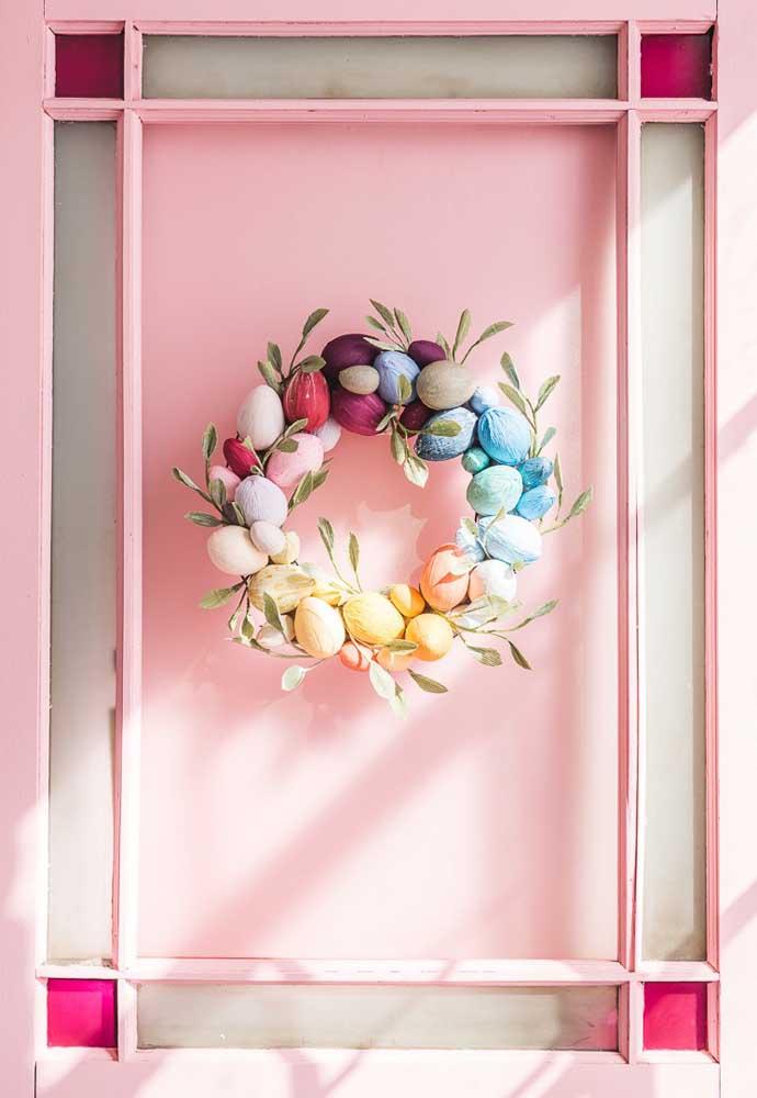 Que tal preparar uma guirlanda feita com ovos para celebrar a Páscoa? Fica perfeita para colocar na porta de casa.