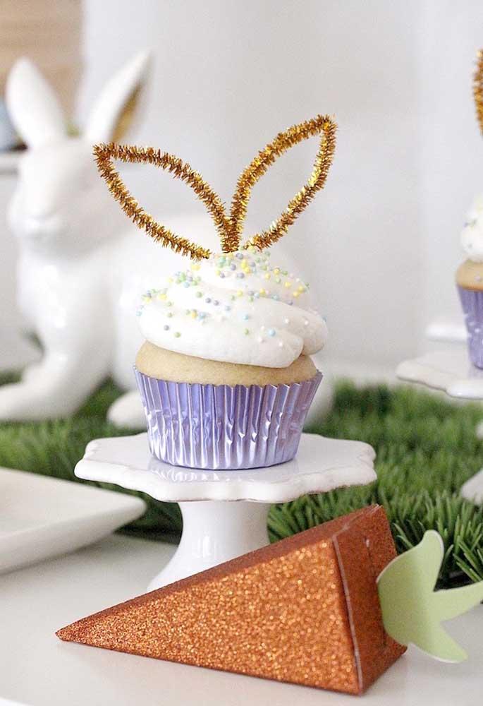 As orelhinhas do coelho podem servir de inspiração para fazer a decoração do topo do cupcake.