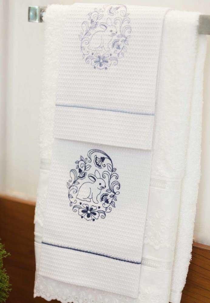 Compre pronta ou mande fazer toalhas bordadas com o coelho da Páscoa para que a decoração seja totalmente personalizada.