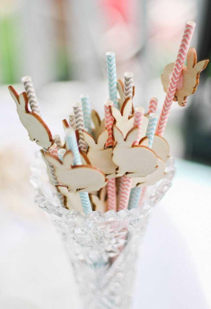 Não esqueça de decorar os canudinhos da festa com símbolos que fazem referência à Páscoa.